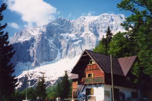 Foto: Wolfgang Dröthandl / Wander Tour / Jof di Somdogna (Köpfach) - Runde / Rifugio Grego mit Montasch - Wänden; Quelle: Wikipedia / 31.01.2011 12:45:25